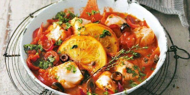 Щука в томатном соусе с овощами, грибами и пряностями